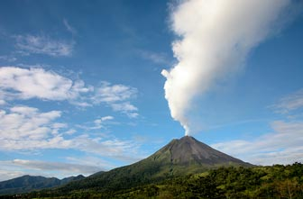 Pluma de humo en el Volcan Arenal
